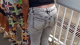 Bon cul d'une jeune salope black en jean