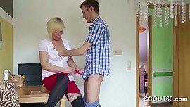 Stief-Mutter zeigt ihm wie richtig gefickt
