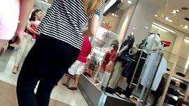 Novinha de short rosa no shopping